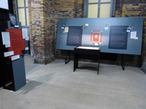 Abb.2: Die Ordenskassette als Abbildung in der Ausstellung (Foto: Martina Christmeier, Dokumentationszentrum Reichsparteitagsgelände)