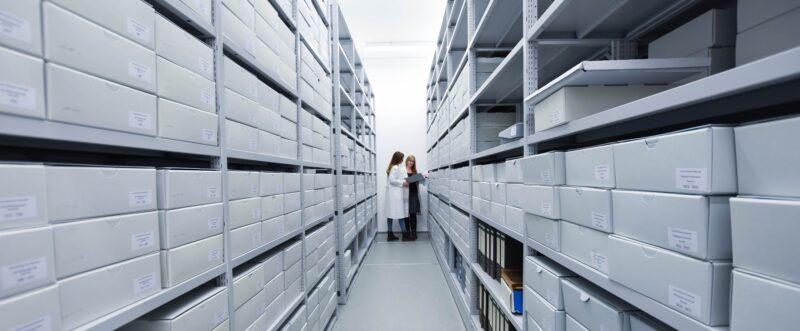Blick in eine lange Reihe an Akten im Uni-Archiv der Universität Bayreuth